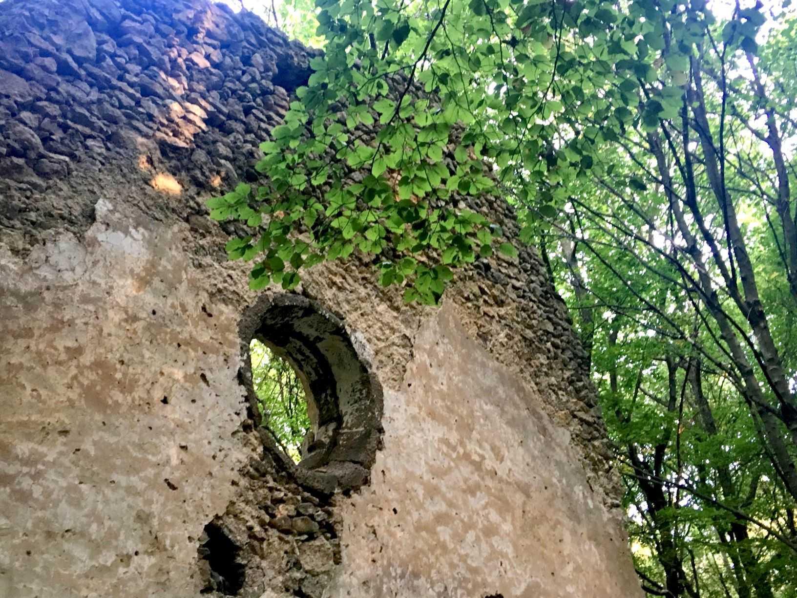 Tálod monastery ruins
